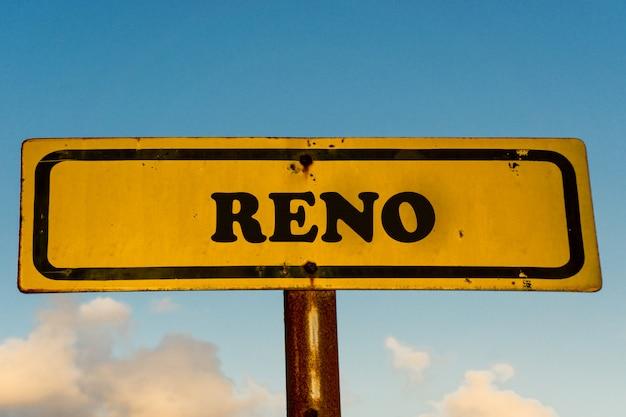 Reno city vieux panneau jaune avec un ciel bleu