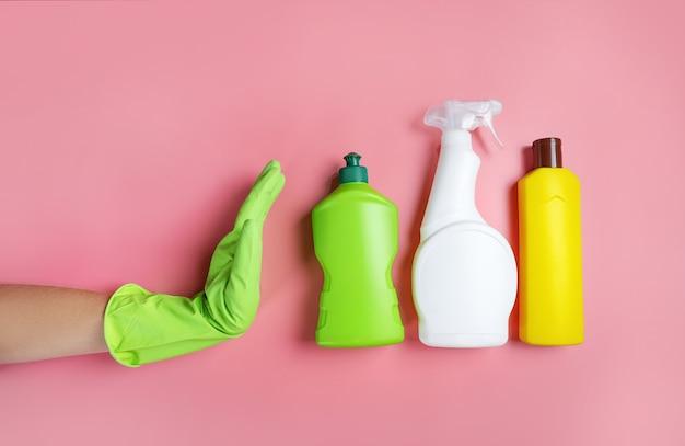 Renonciation aux produits d'entretien. produits de nettoyage sur fond rose