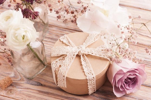 Renoncule blanc et rose avec coffret cadeau