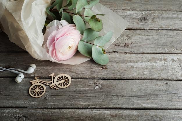 Renoncule rose, casque, vélo