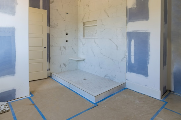 Rénovation construction de la salle de bain principale avec nouvelle salle de bain en construction cloison sèche intérieure