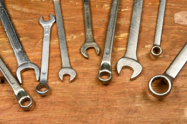 Rénovation d'outils assortis en bois grunge utilisé par le travailleur