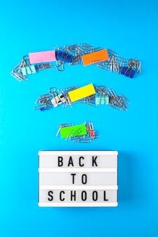 La rentrée scolaire est écrite sur un panneau décoratif à côté du bureau, disposé sous la forme d'un symbole wifi