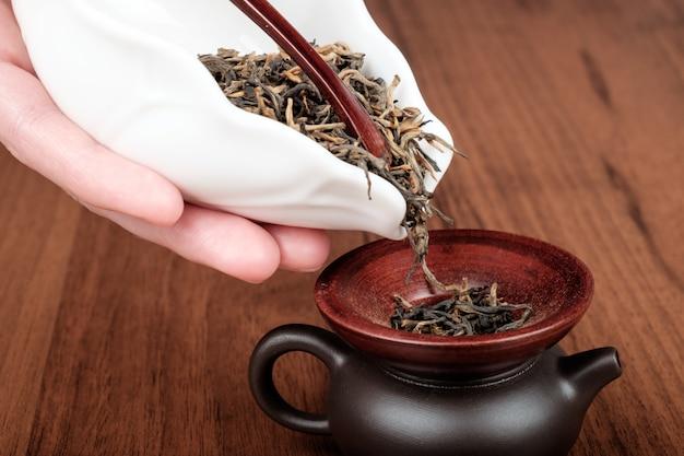 Renverser le thé dans la théière