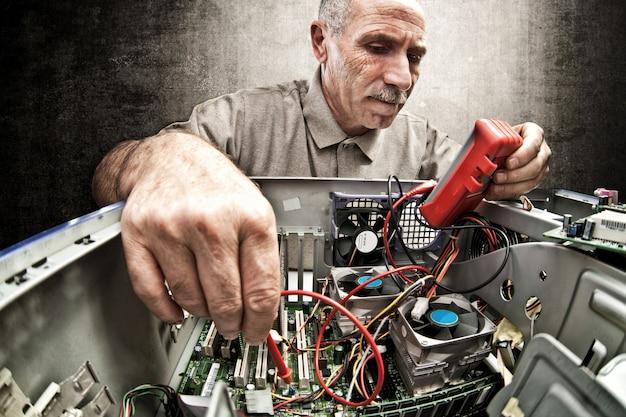 Réparateur expert en informatique au travail