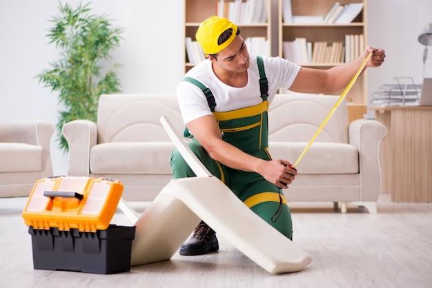 Réparateur de meubles réparant un fauteuil à la maison