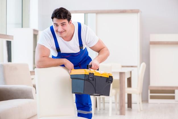 Réparateur de meubles travaillant en magasin