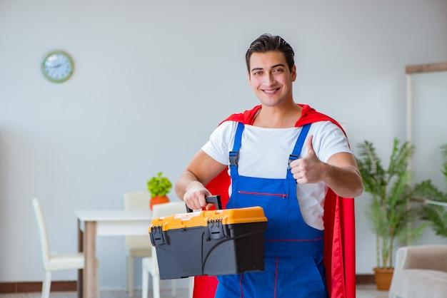 Réparateur de super héros travaillant à la maison