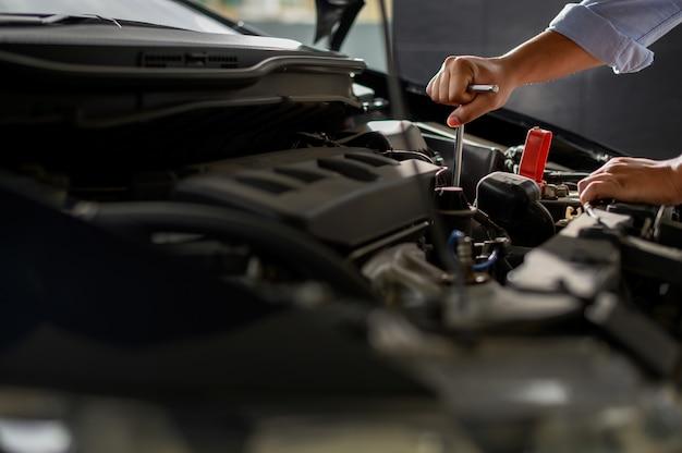 Réparateur de voiture mécanicien automobile travaillant dans le garage