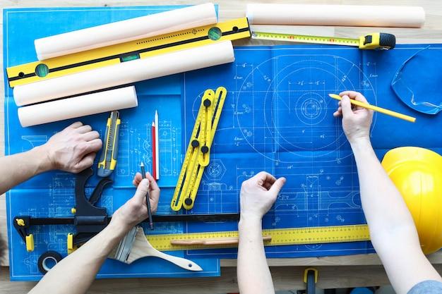 Réparateurs professionnels au travail closeup background