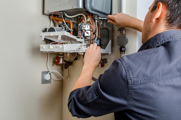 Réparation d'une chaudière à gaz.