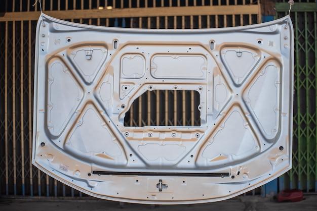 Réparation du capot de la voiture après un accident.