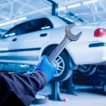 Réparation du moteur à la station-service. réparation automobile.