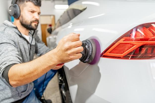 Réparation et entretien de la carrosserie par polissage. application d'une préparation céramique spéciale pour la protection et la brillance
