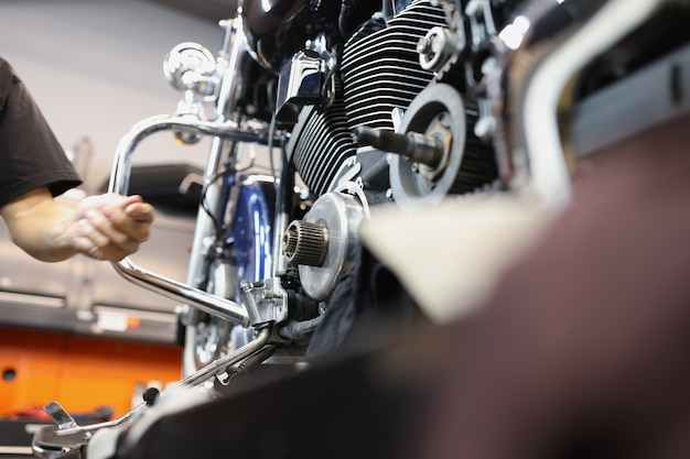 Réparation et entretien des moteurs de moto dans le concept de réparation de garantie de moteur d'atelier automobile
