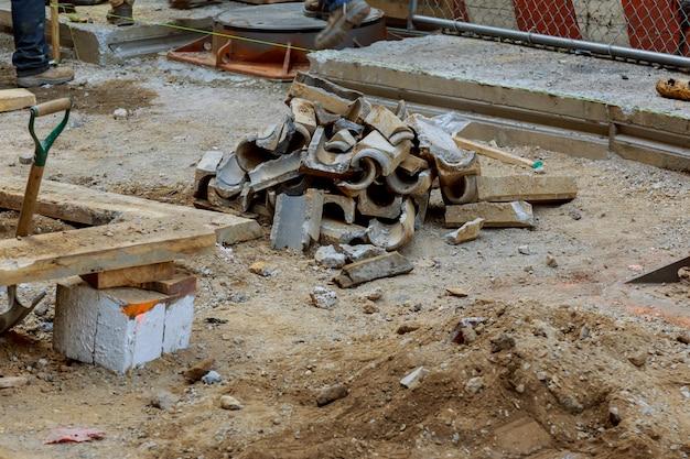 Réparation d'une excavatrice d'installation de canalisations de communication dans la ville a creusé une tranchée pour remplacer d'anciennes canalisations