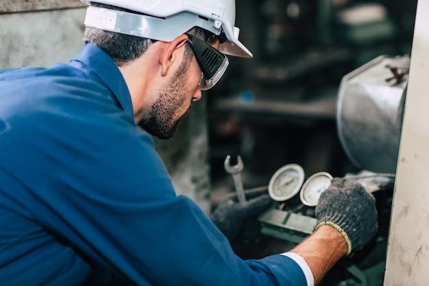 Réparation de la machine en fixant le manomètre de la machine en usine.