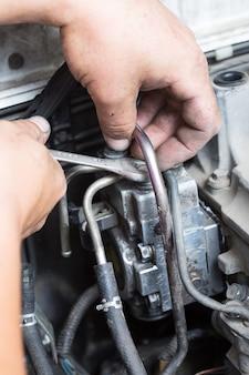 Réparation de main de maître de pompe à carburant haute pression