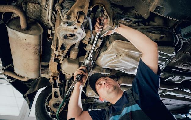 Réparation de mécanicien automobile suspension de voiture de l'automobile levée à la station-service de réparation