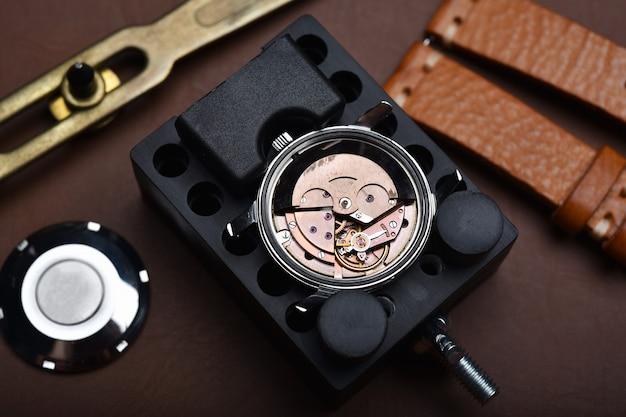 Réparation de montres, révision de montres-bracelets vintage et contrôle de service de mouvement mécanique par horloger.