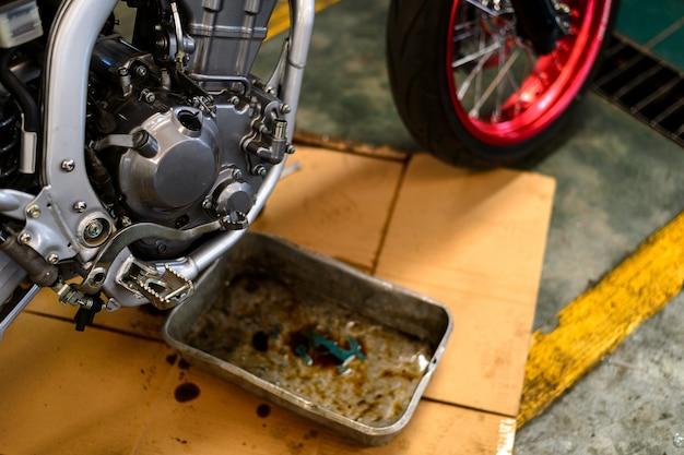 Réparation de moteur de moto avec flou artistique et lumière arrière-plan