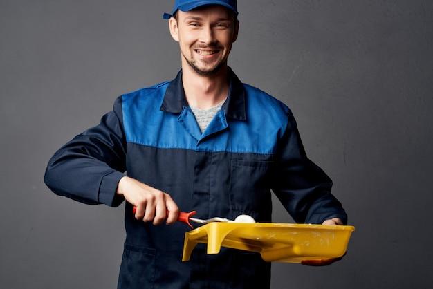 Réparation de peinture au rouleau de peintre masculin dans la chambre