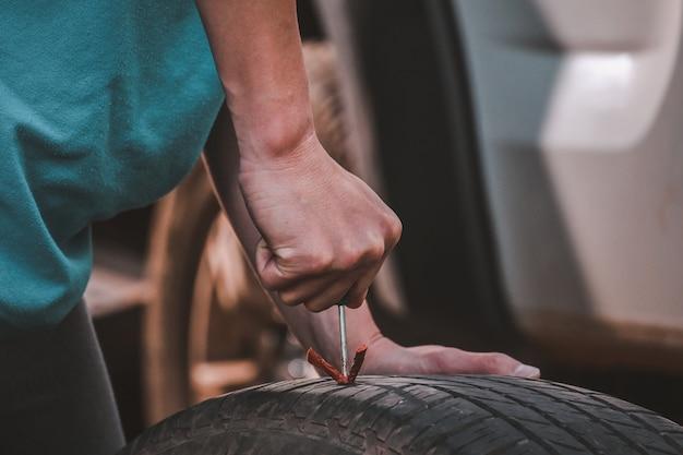 Réparation des pneus réparer un pneu, un pneu crevé le pneu fuit de l'ongle un pneu peut-il être réparé par vous-même, une correction sur un pneu crevé.