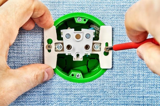 Réparation d'une prise électrique desserrée à la maison.