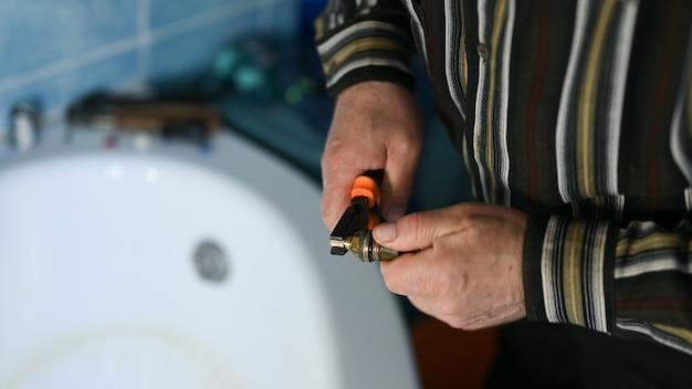 Réparation de robinet de bricolage dans la salle de bain
