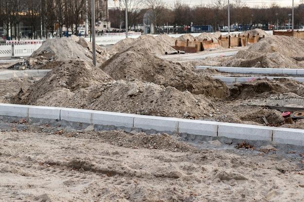 Réparation de rue dans la ville, gros tas de terre