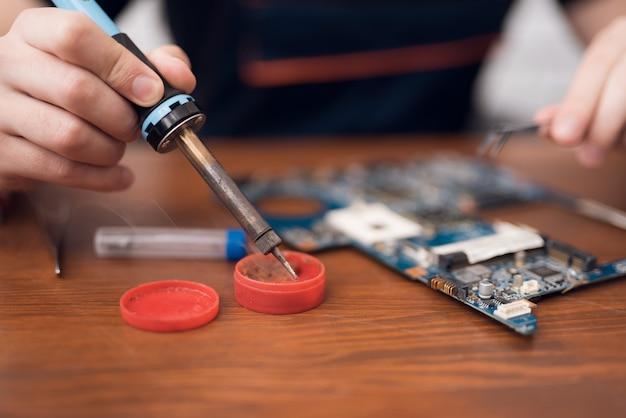 Réparation de téléphone intelligent à souder dans les circuits du téléphone.