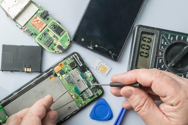 Réparation de téléphone portable cassé. pièces de smartphone et outils de récupération, mise au point sélective