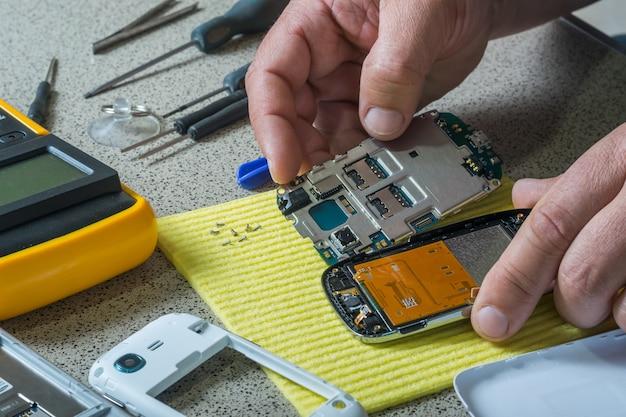 Réparation de téléphone portable cassé. pièces de smartphone et outils de récupération