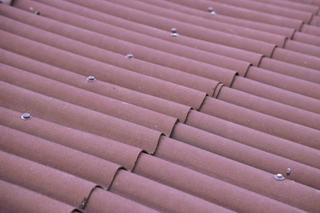 Réparation de toit avec des feuilles d'onduline