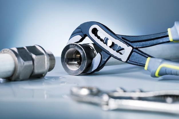 Réparation de tuyau cassé sur la surface grise du titre..de réparation et d'assistance technique.