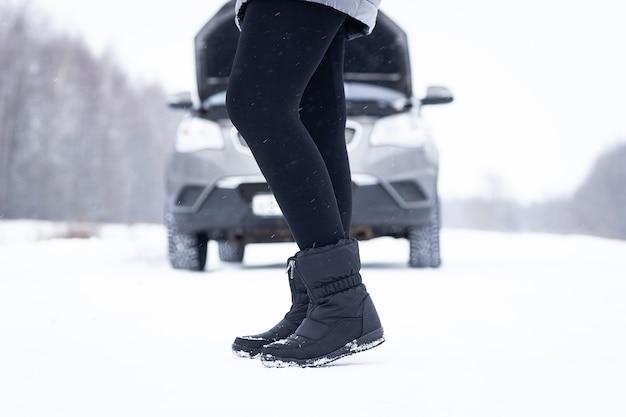 Réparation de voiture sur la route en hiver