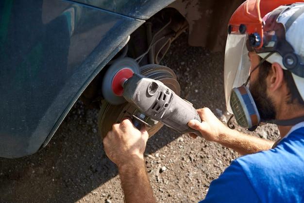 Réparation de voiture à la station service.