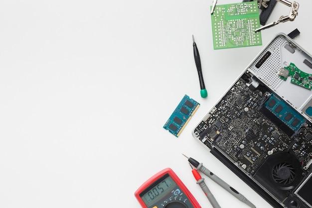 Réparation vue de dessus d'un ordinateur portable avec espace copie