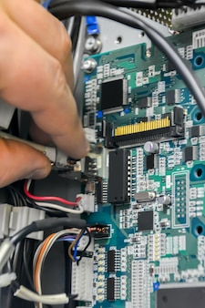 Réparer la carte électronique. retrait de la prise de la carte électronique pour vérification et réparation. notion d'industrie.