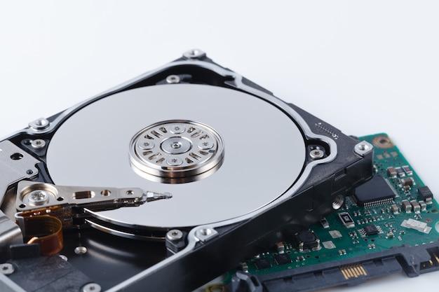 Réparer le concept de disque dur sur fond blanc avec des outils