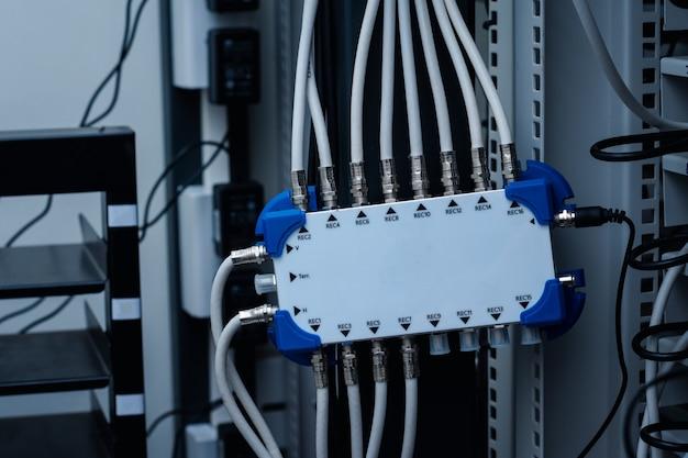 Répartiteur de télévision avec connexion multidirectionnelle pour distribuer le signal de l'antenne parabolique au récepteur, connexion par câble rg6