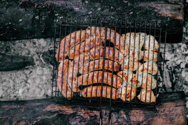 Repas barbecue fumé chaud au charbon et bois de chauffage brûlé.