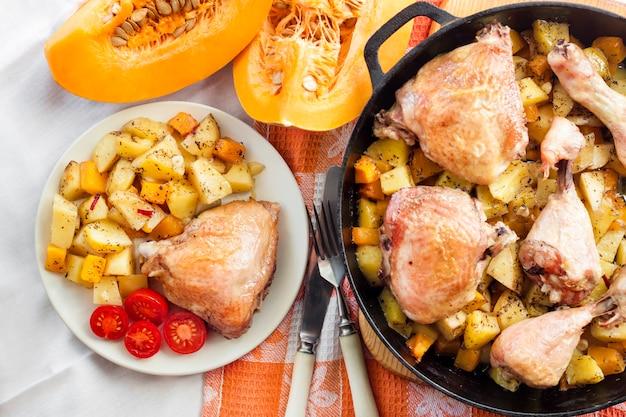 Repas à une casserole - cuisses et cuisses de poulet avec pommes de terre et citrouille