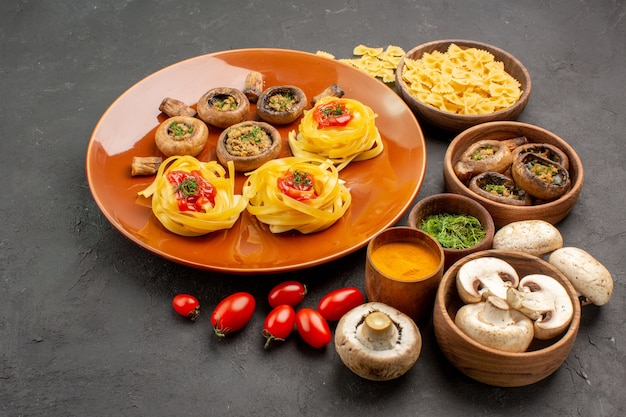 Repas de champignons vue de face avec des champignons frais sur la table noire des aliments mûrs crus
