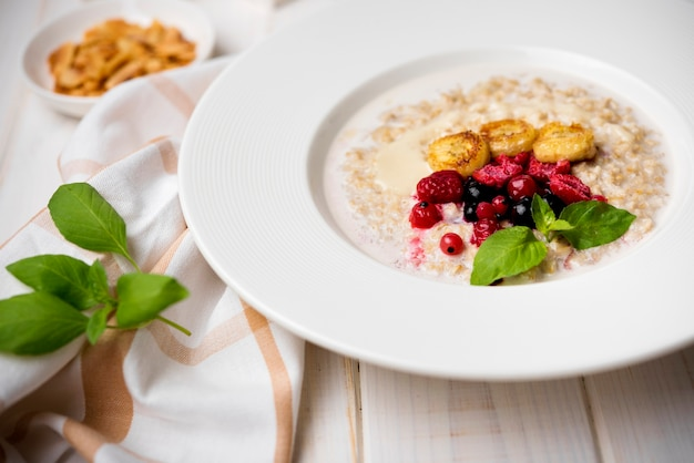 Repas du matin avec des céréales broyées haute vue
