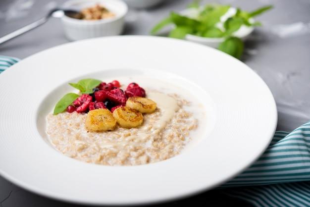 Repas du matin avec céréales écrasées et framboises