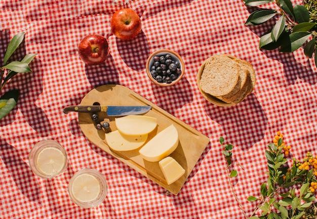 Repas gastronomique à plat sur drap rouge