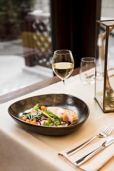 Repas gastronomique servi avec du vin