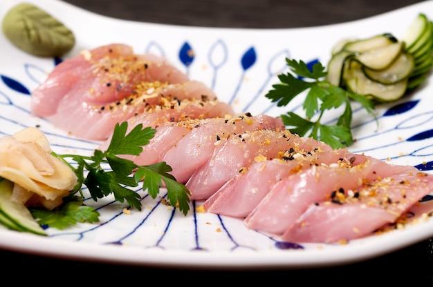 Repas japonais poisson plat de sashimi et de légumes, aliments frais asiatiques, fruits de mer
