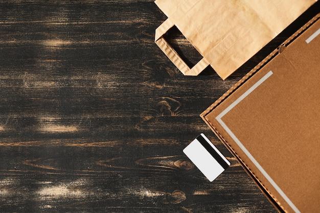 Repas de livraison à domicile en toute sécurité sur un fond noir. vue de dessus